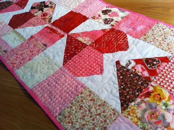 Quilted Table Runner - Charming Hearts Kissing Booth