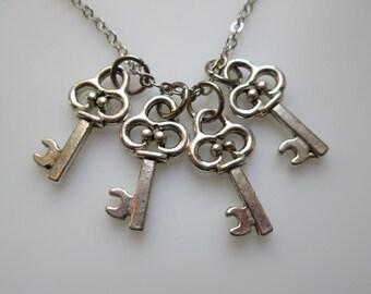 Vintage Keys Necklace in Silver Finish, Antique Skeleton Keys