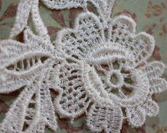 Small Pure White Lace Chrysanthemum w leaves - Floral Vintage Applique -  64 mm