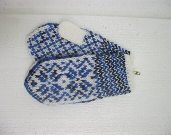 Handknitted norwegian mittens for children i white with many shades of blue