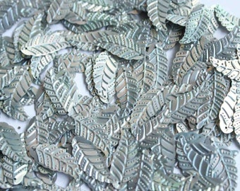 25 Metallic leaf shape sequins / KBIS219