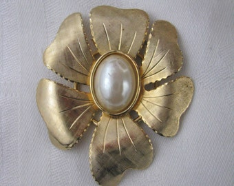 Vintage Jeri-Lou gold tone flower scarf ring scarf clip with faux pearl center