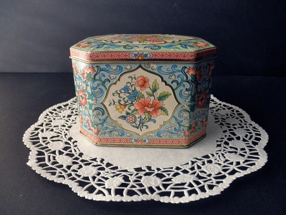 Daher vintage DECORATIVE TIN with hinged lid - floral, candy, made in England