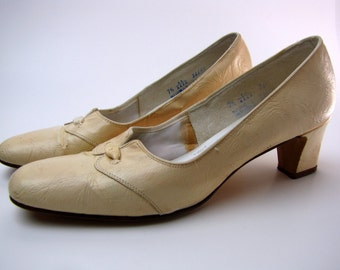 Vintage 1960's Square Toe Mod Ivory Leather Pumps by Air Step size 7 1/2 AA