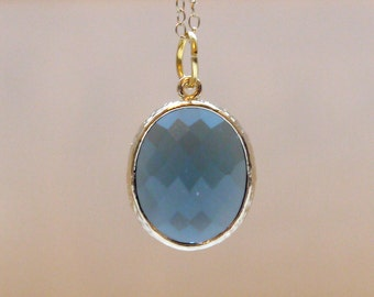 Blue pendant necklace in gold