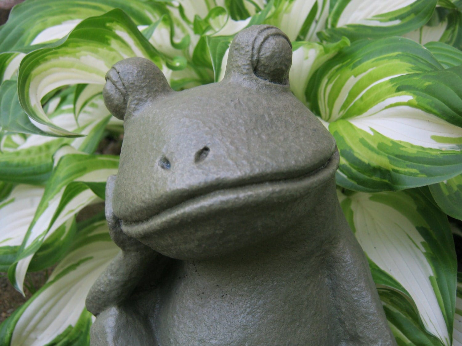 Frog garden statue relaxing concrete frog cement garden art for Decoration jardin grenouille