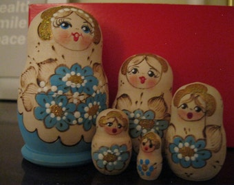 "5  LOvely Russian made nesting dolls set - Babushkas Matryoshkas ""SPRING FLOWERS"" - gift condition. Hand Painted & gilded  on wood."