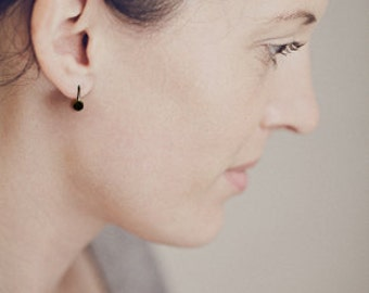 Movable dot-earrings in blackened silver