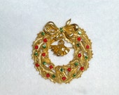 Vintage ART Christmas Wreath Pin Brooch with Bells and Rhinestones in Gold Tone Like New Holiday Jewelry