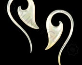 10G Pair Mother of Pearl Blade Tail Spiral Organic Hand Carved Gauged Plugs Body Piercing Jewelry Earrings 10 gauge