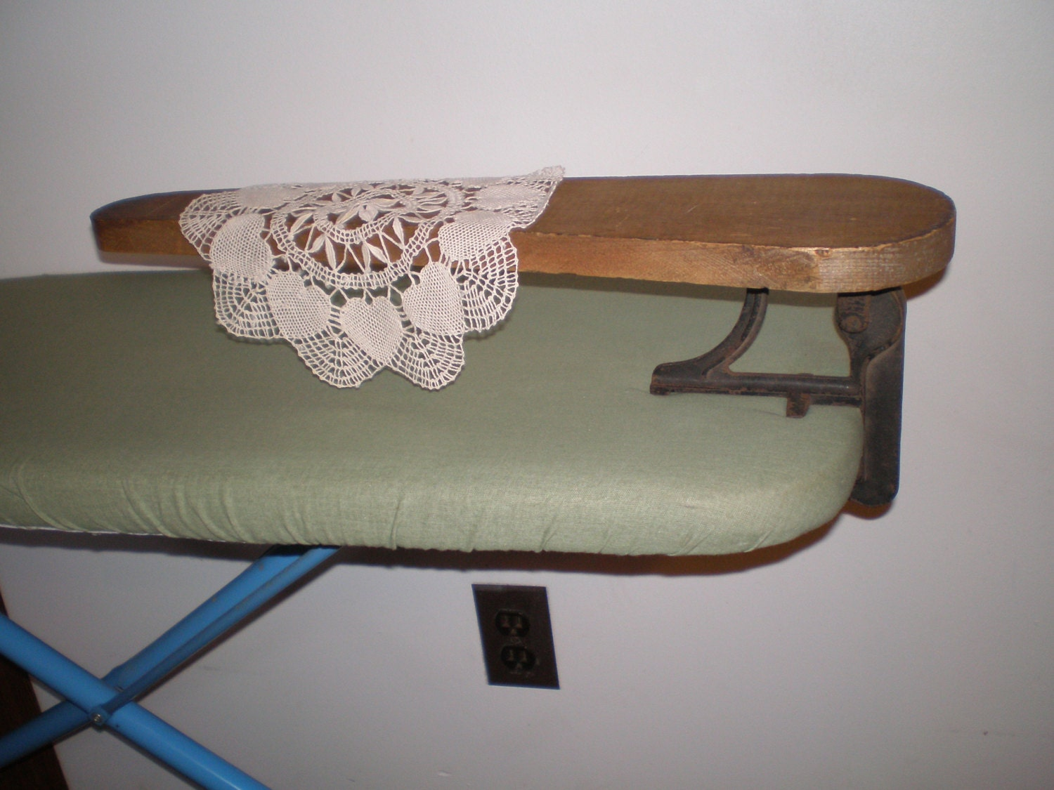 wood and cast iron sleeve ironing board 1903 rochester ny. Black Bedroom Furniture Sets. Home Design Ideas