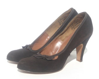 size 8AAAA / 1940s brown suede babydoll pumps