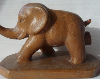 Elefante scolpito in legno di pero.