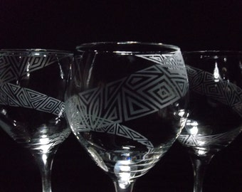 Wine glasses etched with geometric spiral. Set of 2. Red wine glasses, wedding gift, custom.