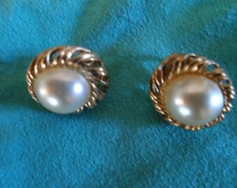 Vintage Clip-on Earrings in Gold and Pearl
