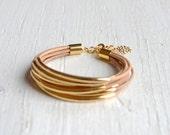 Natürliches Leder Manschette Armband mit Gold Rohr Perlen - minimalistischer Design Multi-Strang Armreif Frauen... von B eine L-O-O-S