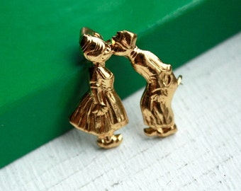 1 Vintage 1950s Brooch // 40s 50s Brass Kissing Dutch Couple Brooch // Jack and Jill Brooch // New Old Stock