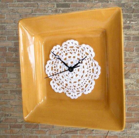Декор квадратного циферблата ажурной вязаной салфеткой