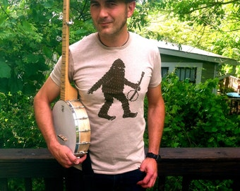 Squatchi Carrying a Banjo Men's Classic T-shirt
