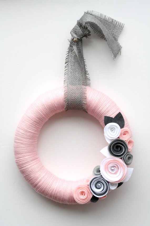 "14"" Pale pink yarn wreath with gray and white felt flowers - The Paige"