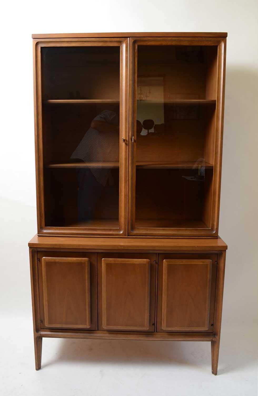 broyhill forward 70 china cabinet walnut mid century modern. Black Bedroom Furniture Sets. Home Design Ideas