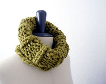 ON SALE Chunky Snood / Circle Scarf / Neckwarmer. Pale Green. Hand Knit. Women / Children / Teens. Fall / Winter