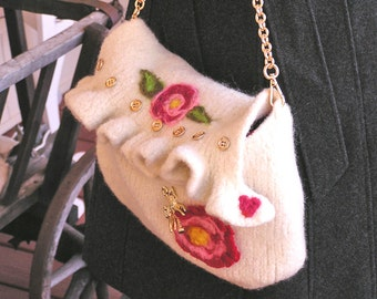 White Diamond – A Hand-knit Felted Shoulder Bag with Ruffling and Red Roses