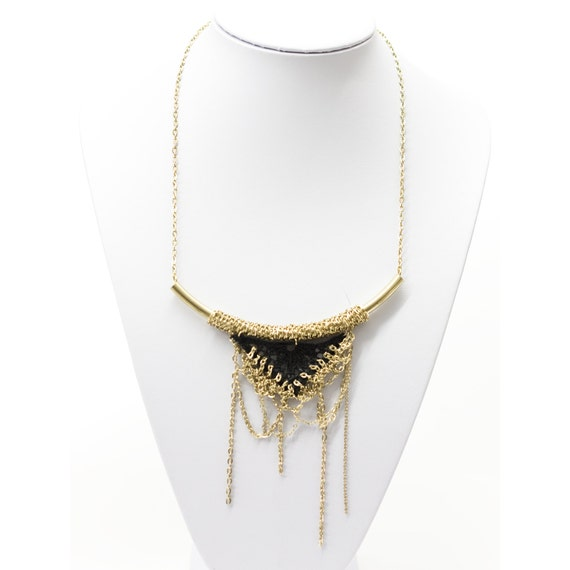 Lace necklace - Dripping triangle - Black and gold