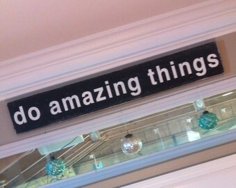 do amazing things -  Distressed Sign in Black with White Vintage Style - Large