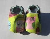 green and burgundy-pink owl baby booties