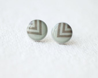 FREE WORLDWIDE SHIPPING - Chevron Stud Earrings - Taupe Gray