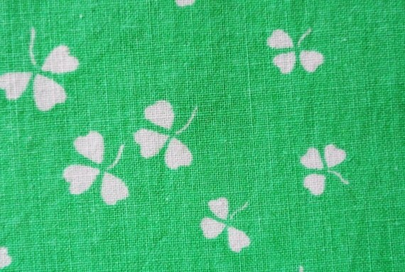 Vintage 1980s quilt fabric in unused prewashed cotton with small printed white clover leafe pattern on strong clear green bottomcolor