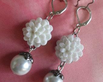 bridal earrings, Wedding earrings, bridesmaid earrings, Pearl earrings, silver earrings, pierce earrings, resin flower earrings,