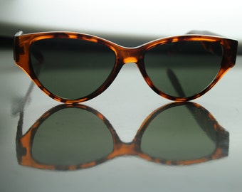 Vintage Tortoiseshell Cat Eye Sunglasses with Gold Chain Detail