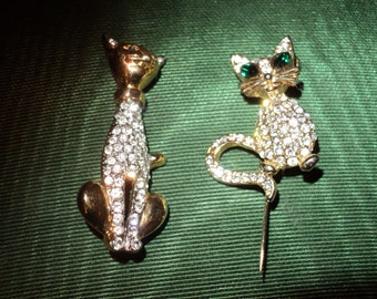 THE CATS' MEOW,  A Pair of Vintage Brooches with Emerald Green Eyes, Stamped Vintage Costume Jewelry Set in VintageCondition