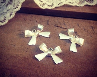 8 - SILVER Bow Charms, Sterling SIlver Plated Brass, Small Bow Tie, Vintage Jewelry Supplies L026