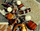 Charme de sac à main perlé, porte-clés, fait d'ambre et de perles de verre blanc.
