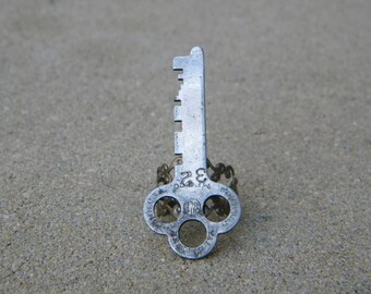 Large key ring on adjustable filigree band