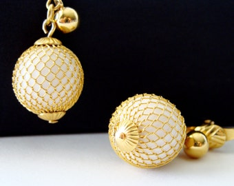 Vintage TRIFARI Gold Tone and White Pearls Earrings. Beautiful and Elegant Filigree and Dangle Style. Clip ons