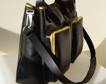 Travel Bag. Elaborado en piel de vacuno y cremalleras de color.