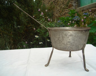 Very rare girl casserolle iron with three feet. Very rare small casserolle iron with three feet, dating from the end of the 1800s.