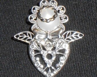 Petite silver heart angel pin.