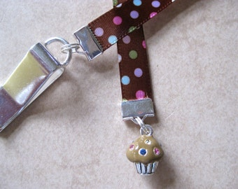 Cupcake bookmark - Attach clip to book cover then mark the page with the ribbon. Never lose your bookmark!