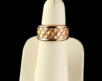 14k Quilted band with diamonds