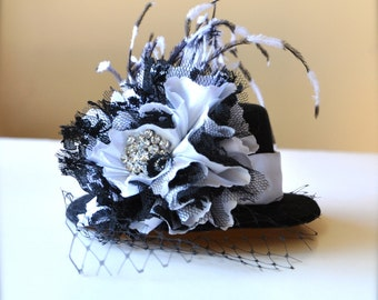 Mini top hat in black lace and white satin. Très chic Edwardian and feminine glamour. New Year's Eve hat costume steampunk  hat fascinator