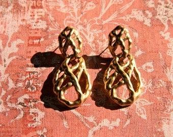 SALE! Great gold tone criss cross earrings