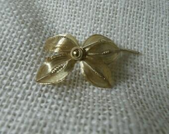 elegant vintage gold toned flower brooch V0002