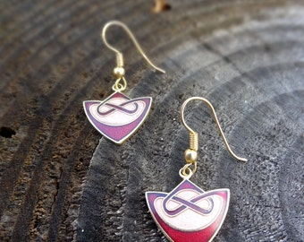 Elegant pair of earrings with tribal concept in red and pink.
