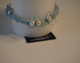 Wool bracelet with pearls