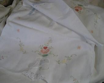VINTAGE White Linen Needle Work & Applique Flower Table Runner